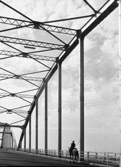 Campino - Vila Franca de Xira anos 50 (Ponte Marechal Carmona) - Fotografia de Helena Corrêa de Barros Portugal, Sketchers, Utility Pole, 1950s, Fotografia