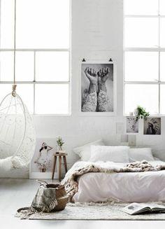 chambre complete adulte design blanc, chaise bercante blanche, meuble à 3 pieds
