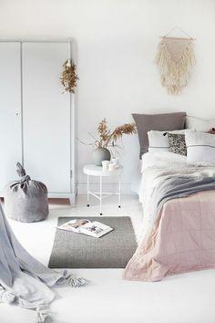 wohnideen schlafzimmer pastellnuancen akzente weißer boden weiße wände