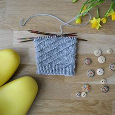 Spiraalissa on yksi nurja ja viisi oikeaa vaihtavat paikkaa pykälän verran joka kierroksella. Mallineuletta voi tehdä kaikilla kuudella jaollisilla silmukkamäärillä. Knots, Knitting Patterns, Crochet Earrings, Diy, Crocheting, Crochet, Knit Patterns, Bricolage, Do It Yourself