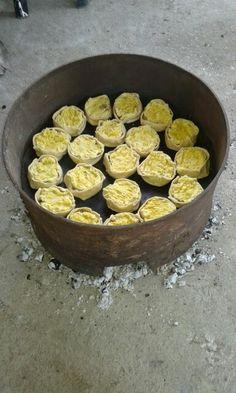 Cociendo los pasteles en horno de lata