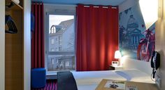 Zimmer mit französischem Bett im B&B Hotel Bad Homburg