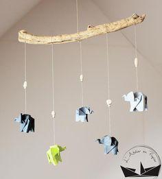 Mobile éléphants et étoiles origami - Anis from L'atelier en papier in Lanrodec, France - AnisPièce unique.Petit mobile aux couleurs moderne facile à instaler partout. Il est composé de cinq éléphants origami en gris et anis avec des perles en bois assemblés sur un bois flotté.Longueur bois : 32 cmHauteur totale :