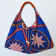 Rubyellen from A Beautiful Mess shares a free pattern for making this wax print hobo bag. The simple lines of the slouchy bag show off the gorgeous and large-scale prints of the wax print fabric. Sacs Tote Bags, Mk Bags, Hobo Bag Patterns, Ankara Bags, Diy Sac, Japanese Bag, Slouch Bags, Diy Backpack, Backpack Pattern