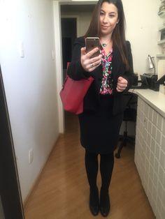 Usar tailleur preto com cor é possível sim! Camisa florida que amo!