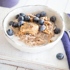 Was schmeckt lecker, macht lange satt und ist gesund? Genau! Dieses wunderbare Buchweizen-Porridge, getoppt von Chia-Samen, Mandelmus, Walnüssen und frischen Blaubeeren. Geballte Power in deiner Schüssel vereint!