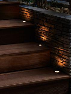 Pakke med 5 stk 0.15W LED Spot, 5m forlengelseskabel, plug in trafo og 1 stk fotocelle som dimmer lyset opp ettersom det blir mørkere.