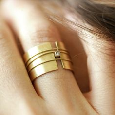 gold and diamond ring. Bague or et diamant. Modern Jewelry, Jewelry Art, Jewelry Rings, Jewelry Accessories, Fine Jewelry, Fashion Jewelry, Jewelry Making, Gold Jewelry, Gold Bracelets