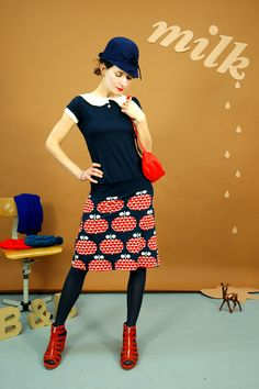 Wunderschönes Kleid aus weicher Viskose in dunkelblau mit einem Rockteil mit tollem Print mit roten Äpfeln mit Herzen. Es hat einem kleinen weißen Kra