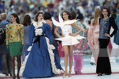 The Fashion Show Of Yves Saint Laurent At The Closing Ceremony Of The World Cup 1998. le défilé de mode Yves SAINT LAURENT lors de la cérémonie de clôture de la coupe du monde 1998 au stade de FRANCE. Carla BRUNI en robe blanche 'en colombe de la paix'.