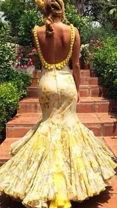 Yellow floral flamenco style dress with low back and pom-poms Flamenco Costume, Flamenco Skirt, Flamenco Dancers, Spanish Dress, Spanish Dancer, Look 2015, Spanish Fashion, Mellow Yellow, Marie