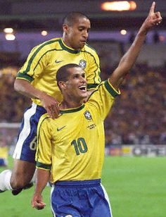 Roberto Carlos y Rivaldo Club Football, Brazil Football Team, Football Icon, Best Football Players, Good Soccer Players, National Football Teams, World Football, Sport Football, Fifa