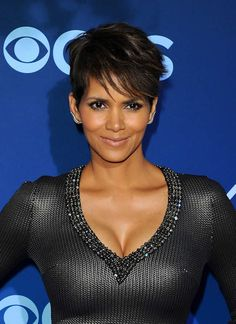 Former bond girl Halle Berry looks gorgeous in form-fitting dress while attending the premiere of show Extant at California Science Center in Los Angeles. Perfume Versace, Perfume Diesel, Pelo Halle Berry, Halle Berry Style, Beauty, Hair, Hairstyle, American Actors