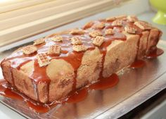 Ingrediënten cake: 200 gram ongezouten boter (kamertemperatuur) 200 gram zelfrijzend bakmeel 3 eieren 150 gram suiker 50 gram lichtbruine basterdsuiker …
