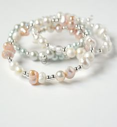 Glass pearl beads and freshwater pearls combine in this easy memory wire bracelet tutorial. What a great beginner jewelry making project! How to Make a DIY wire stacking ring . This easy jewelry tu. Armband Tutorial, Bracelet Tutorial, Diy Tutorial, Beaded Earrings, Beaded Jewelry, Beaded Bracelets, Wrap Bracelets, Amber Jewelry, Diy Jewellery