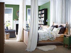 Ein großer Raum lässt sich so praktisch in zwei verschiedene Räume trennen. Alternativ bietet sich ein großes (Bücher-)Regal als Raumtrenner an. Die Vorhanglösung wirkt allerdings offener und leichter, besonders in Räumen mit geringerem Lichteinfall.