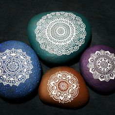Mandala stones! Dot Art Painting, Mandala Painting, Pebble Painting, Pebble Art, Stone Painting, Mandala Painted Rocks, Mandala Rocks, Hand Painted Rocks, Painted Stones
