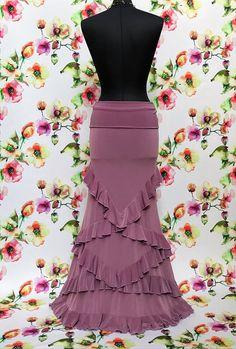 Splendida gonna in jersey morbido e leggero adornata da in intreccio di balze che disegnano i fianchi e tutta la parte bassa della gonna. Simmetrica sulla parte anteriore e posteriore. In vita l'alto fascione da ripiegare sui fianchi la rendono particolarmente comoda ed adattabile. Flamenco Costume, Flamenco Skirt, Skirt Outfits, Dress Skirt, Ball Dresses, Ball Gowns, Skirt Fashion, Fashion Dresses, Jersey Skirt