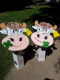 Kühe, Bastelarbeit aus Holz, Handabdruck von Kinder