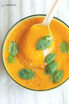Wszyscy chyba znają krem z marchewki i imbiru z dodatkiem pomarańczy. Ukochany klasyk, trochę orientalny, lekko ostry z kwaśną nutą - a gdyby tak zamiast pomarańczy sięgnąć po sezonowy rabarbar?  Odpowiedź jest bardzo prosta - z rabarbar[...]