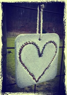 Tavla i betong med hjärta av najtråd  Kan användas både inne som ute i sin trädgård