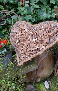 Wire heart with stone filling - Easy Diy Garden Projects Diy Garden Projects, Garden Crafts, Garden Ideas, Craft Projects, Chicken Wire Crafts, Diy Crafts To Do, Metal Garden Art, Stone Heart, Garden Ornaments