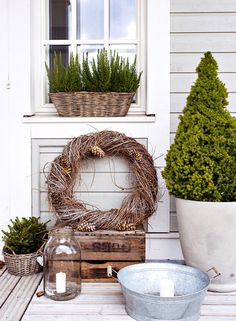 Explore our fabulously on-trend Christmas decorating ideas below… It demonstrates how just a few select items can bring a Christmas cheer to your home. Christmas Trends, Christmas Mood, Christmas Inspiration, New Orleans Christmas, Deco Nature, Terrace Garden, Terrace Decor, Scandinavian Christmas, Scandinavian Garden