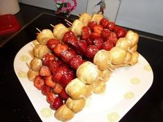 Gezonde aardbeien met soesjes. I Love Food, Good Food, Fruit Juice Recipes, Party Dishes, Birthday Treats, Food Humor, Party Snacks, Creative Food, High Tea