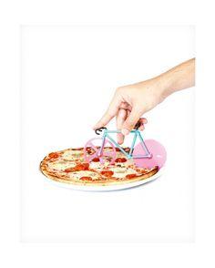 Cortador de pizza con forma de bicicleta de color rosa y verde