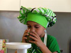Nacho, el hijo mayor de Odile Fernández, autora de 'Mis recetas anticáncer', probando el licuado de espinacas y manzana preparado durante la grabación del booktrailer de 'Mis recetas de cocina anticáncer'. Nachos, Odile Fernandez, Recetas Anticancer, Cooking Recipes, Tortilla Chips