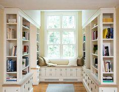 Libreria con panca sotto la finestra