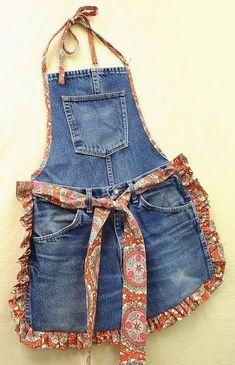 Recycle Old Blue Jeans into a Fun Apron. The post Recycle Old Blue Jeans into a Fun Apron. appeared first on Jeans. Diy Jeans, Recycle Jeans, Jean Crafts, Denim Crafts, Artisanats Denim, Jean Diy, Jean Apron, Thrift Store Refashion, Cool Aprons