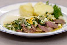 Kalfstong in madeirasaus is een klassieker op de Vlaamse feesttafels. En toch bestaat er ook een andere klassieke bereiding voor dat bijzonder stukje vlees. In dat geval serveer je de plakjes tong met een Franse