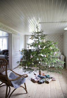 I S A B E L L A S | Jul på den svenske ødegård: Tapetet fra 1950'erne er blevet siddende i de fleste rum på ødegården, også her i den lille opholdsstue, der hvert år bliver forvandlet til juletræsstue. Det er børnene, der udvælger, fælder og slæber årets rødgran ind og forvandler det til juletræ.