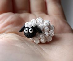 Polymer Clay Sheep with Curly Ques Polymer Clay Animals, Fimo Clay, Polymer Clay Charms, Polymer Clay Projects, Polymer Clay Creations, Polymer Clay Art, Clay Crafts, Sheep Crafts, 3d Quilling