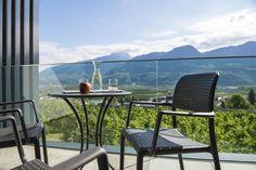 #suite #ausblick #freiraum #blauerhimmel #berge #balcony #balkon #meran #südtirol #bergwelt #traum #blick #mittenimgrünen