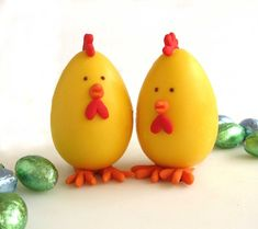 pintinhos you could dip the chocolate Easter eggs in white chocolate with yellow food coloring to make these little chicks Chocolates, Cute Easter Pictures, Make Your Own Chocolate, Yellow Food Coloring, Kid Cupcakes, Plastic Easter Eggs, Rolling Fondant, Fondant Decorations, Easter Projects