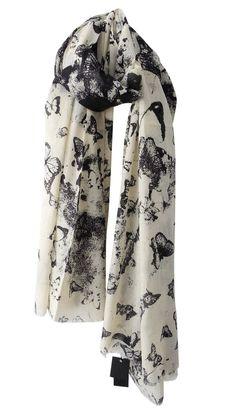 Butterflies Black - Superleuke sjaal met vlinderprint, offwhite met zwart, en het katoen is de zachtste die je ooit gevoeld hebt!  Afmeting: 110 x 200 cm  Materiaal: 100% katoen