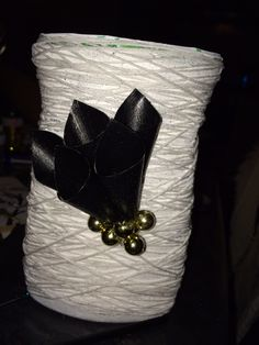 Vase af en tom opvaske middel bøtte :) pap krammerhuse i sorte, og en masse snor