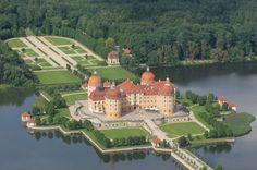 Maravilhosos castelos--Moritzburg Castle - Alemanha -  É um palácio barroco em Moritzburg, no estado alemão da Saxônia, cerca de 13  km a noroeste da capital saxã, Dresden. O castelo tem quatro torres redondas e fica em uma ilha artificial simétrica.