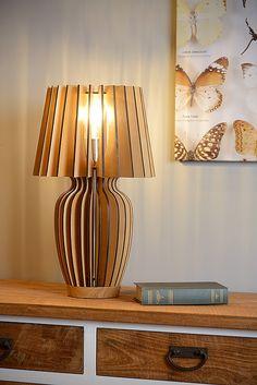 En voici une qui attirera l'attention sur votre table. La lampe à poser Bodo saura divertir vos invités non seulement avec une atmosphère agréable, mais aussi avec son design exceptionnel. Réalisée en bois et très épurée, cette lampe a tout pour plaire.