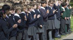 Des écoliers britanniques seront autorisés à porter des jupes tandis que des écolières pourront porter des pantalons, grâce à la nouvelle politique du «genre neutre» des uniformes des écoles publiques dans le royaume. Quatre-vingt écoles publiques, dont...