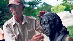 Juan Gonzalez Diaz vaktar statyn av John Lennon i Kubas huvudstad Havanna.