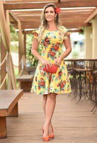 52aee7232318 modelo cabelo escuro vestido em bengaline amarelo floral evase   Sol ...