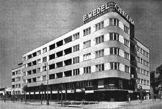 Kamienica Jana Wedla, ul. Puławska 28, proj. Juliusz Żórawski, 1935-1936 Warsaw City, School Architecture, Beautiful Buildings, Capital City, Poland, Multi Story Building, Art Deco, Pergola, Black And White