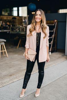 Como usar peças coloridas na balada. Blazer rosa pastel, blusa preta, mix de correntes, calça de couro, scarpin rosa