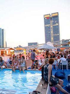 """Die """"Long Island Summer Bar"""" in Frankfurt gibt einem Beachfeeling mitten in der Innenstadt: blau-weiße Schiffsdekoration, leckere Drinks, Plantschbecken und super-bequeme Sitze unter freiem Himmel."""