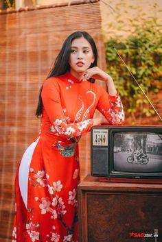 Hoa hậu Tiểu Vy diện áo dài đẹp mê hoặc mọi ánh nhìn, chúc Tết độc giả SAOstar - SaoStar New Year Photoshoot, Miss Vietnam, Red Costume, Ao Dai, Asian Woman, Pretty Woman, Wedding Styles, Summer Outfits, Style Inspiration