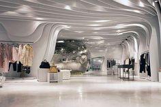 Otro interior espacioso, a lo mejor excesivo pudiendo utilizar mas su superficie para exponer productos, pero si no lo hace puede que sean productos de alto nivel adquisitivo y quieran que sus clientes caminen tranquilos