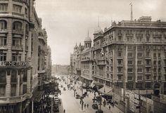 gran vía hacia 1925, a la dcha., vallas de protección de la construcción del edificio de telefónica